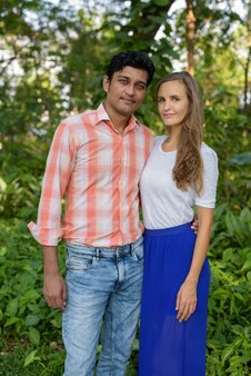 Multi-etnisch paar dat zich verenigt en verliefd