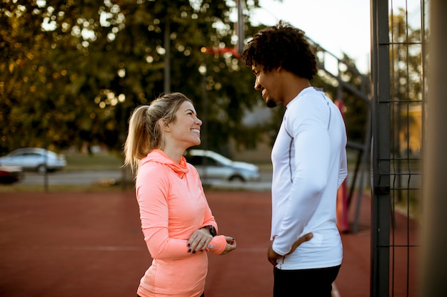 Multi-etnisch paar die sport in openlucht doen
