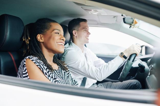 Multi-etnisch paar rijden