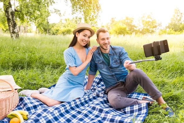 Multi-etnisch volwassen paar dat selfie neemt