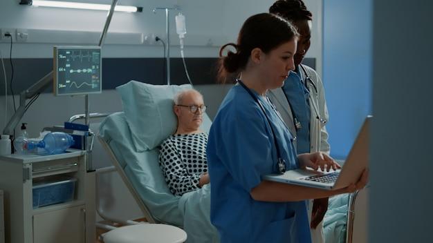 Multi-etnisch ziekenhuispersoneel kijkt naar medische tests