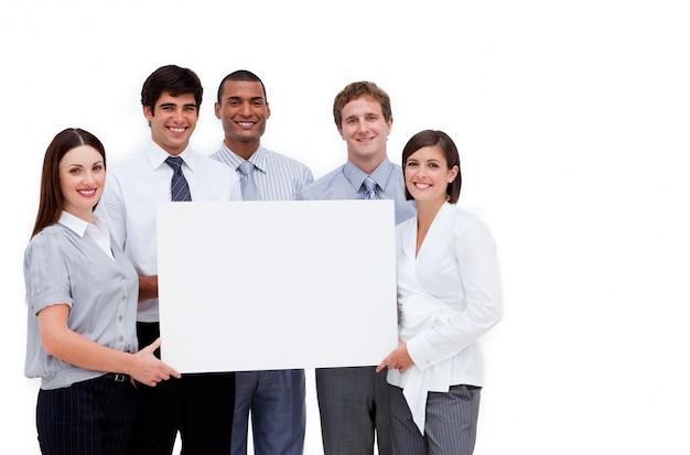 Multi-etnische bedrijfsmensen die een witte kaart houden