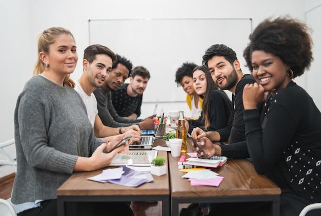 Multi-etnische creatieve mensen die een brainstormvergadering hebben