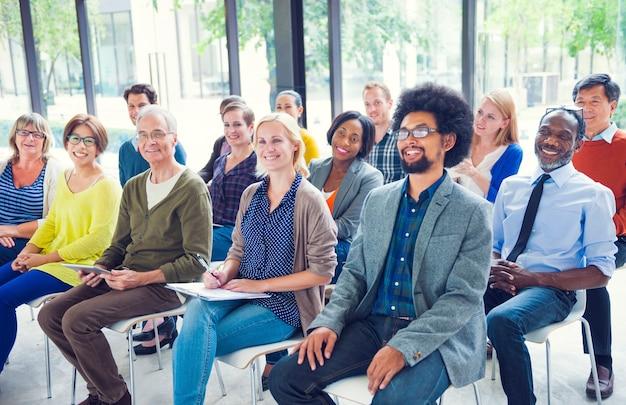 Multi-etnische groep mensen in seminar