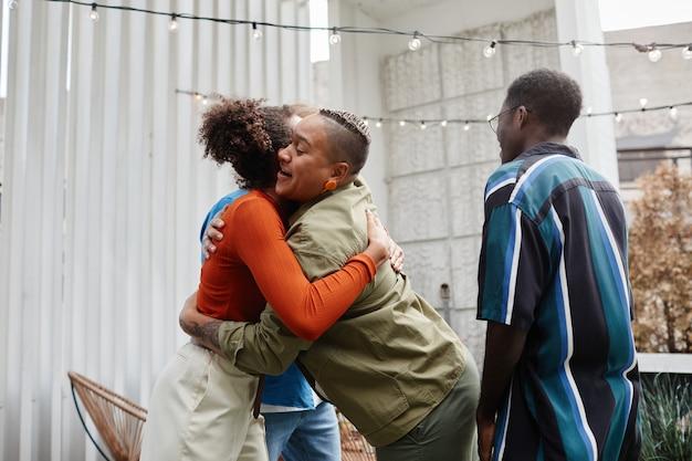 Multi-etnische groep moderne jongeren die elkaar begroeten op het dakfeest, kopieer ruimte