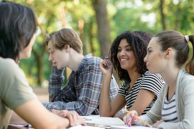 Multi-etnische groep van gelukkige jonge studenten
