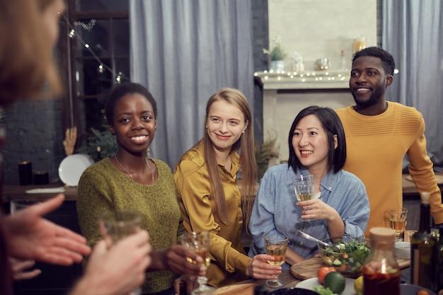 Multi-etnische groep van mensen genieten van partij