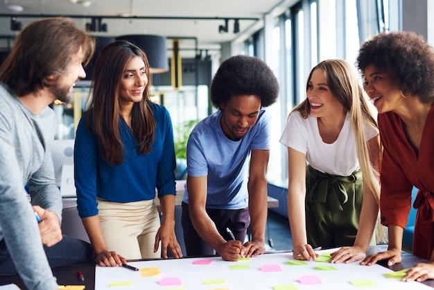 Multi-etnische groep zakenmensen die nieuwe ideeën delen