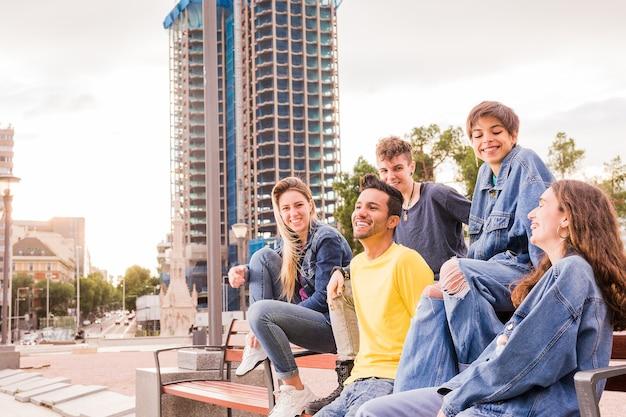 Multi-etnische jonge groep met diverse etnische levensstijl multiraciale vrienden in vrijetijdskleding