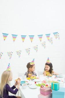 Multi-etnische kinderen genieten van verjaardagsfeestje