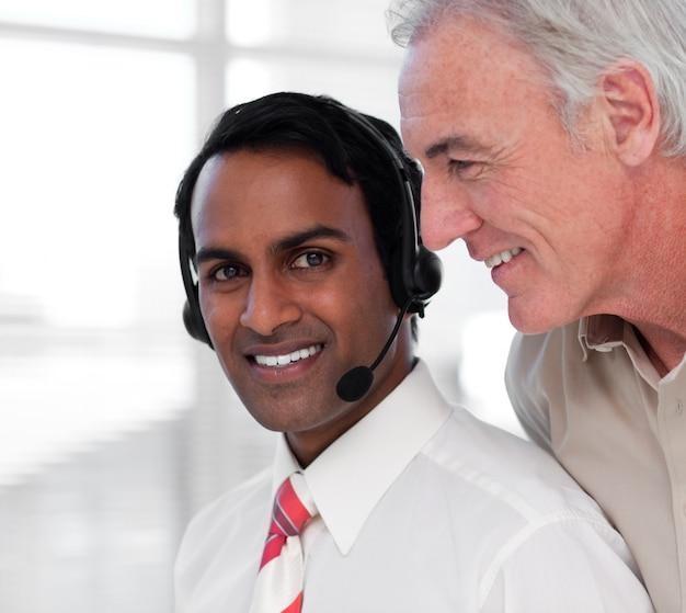 Multi-etnische klantenservice agenten werken samen