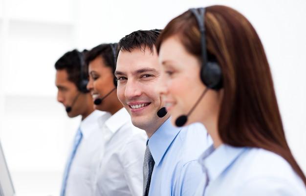 Multi-etnische klantenservice in een callcenter