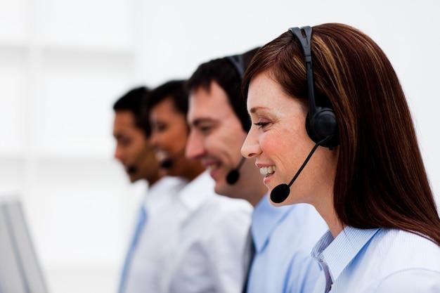 Multi-etnische klantenservice met headset aan