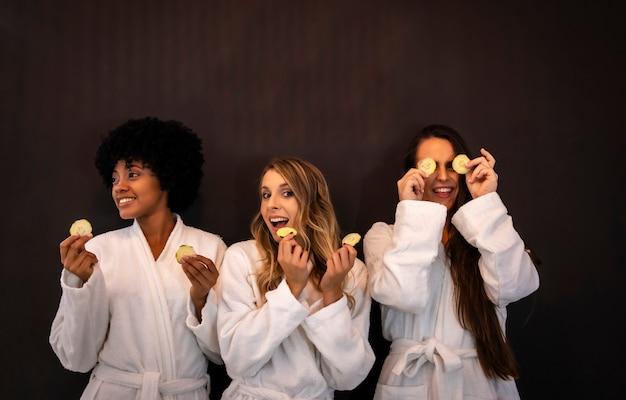Multi-etnische levensstijl van drie vriendinnen plezier in een schoonheidssalon
