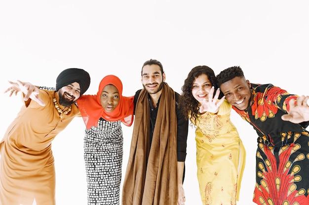 Multi-etnische mensen in traditionele kleding. diversiteit en cultuur. eenheid en vriendschap.