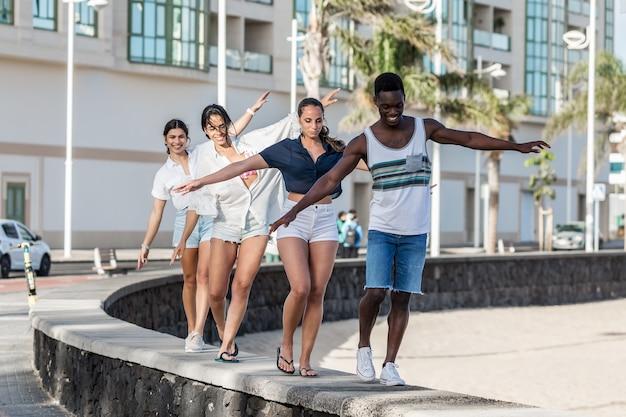 Multi-etnische vrienden die samen plezier hebben in de stad