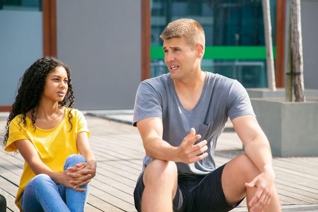 Multi-etnische vrienden praten buitenshuis