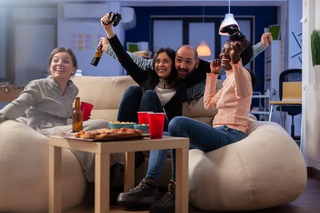 Multi-etnische vrienden vieren samen na het werk op kantoor
