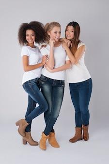 Multi-etnische vrouwen die samen poseren