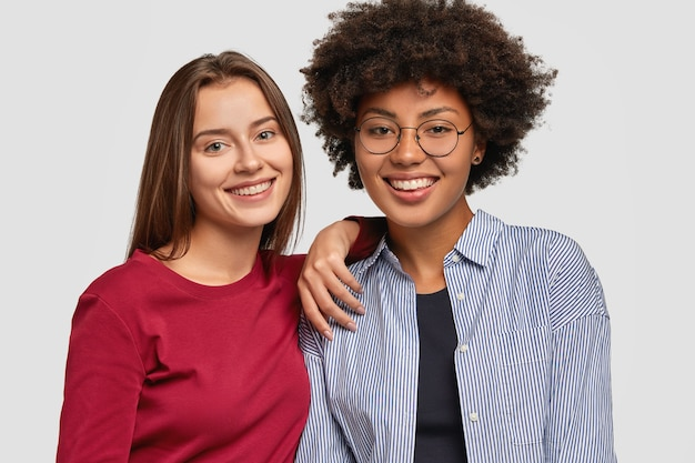 Multi-etnische vrouwen met vrolijke uitdrukkingen