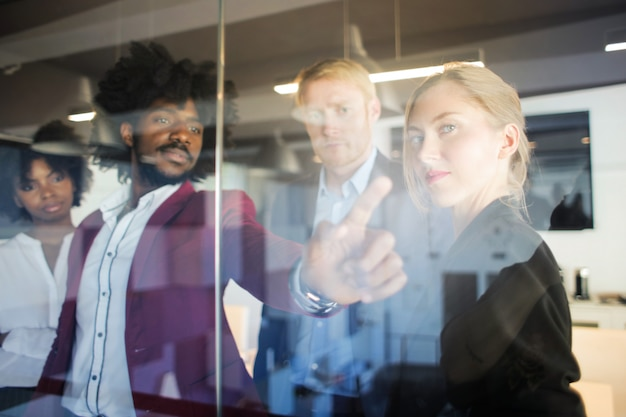 Multi-etnische zakelijke team brainstormen