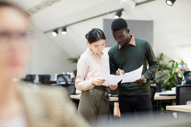 Multi-etnische zakenmensen bespreken documenten