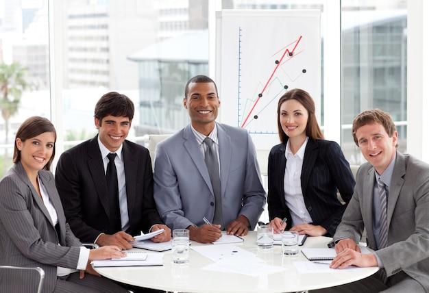 Multi-etnische zakenmensen op een bijeenkomst