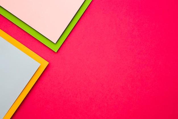Multi gekleurde kartondocumenten op roze achtergrond