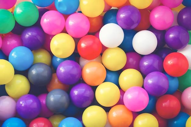 Multi-gekleurde ontwerper achtergrond. veel kleurrijke ballen voor de lol en springen op de kinderspeelplaats. detailopname. achtergrond voor kindervakantie. de verjaardag van kinderen.