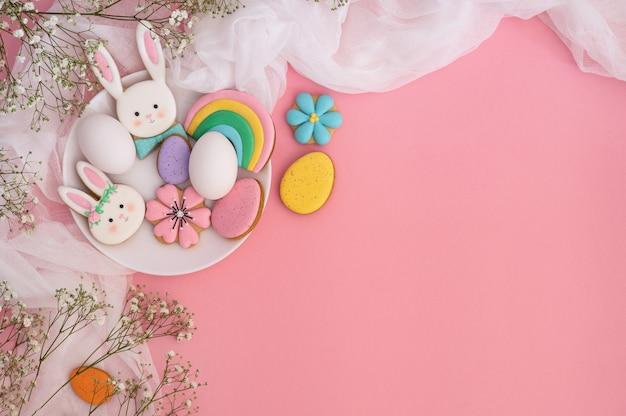Multi-gekleurde pastel pasen cookies op roze