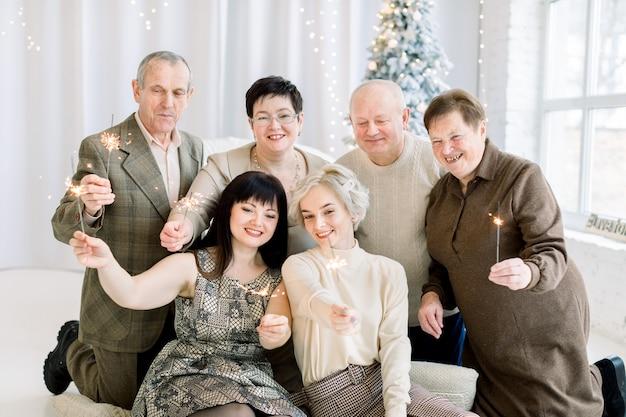 Multi generatie familie met wonderkaarsen in kerststudio