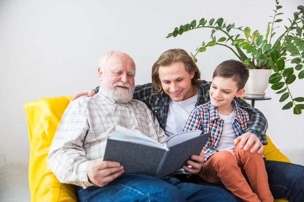 Multi-generationele familie die door oud fotoalbum kijkt