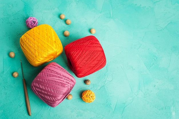 Multi kleur garen ballen op mint