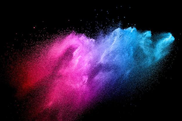 Multi kleur poeder explosie op zwarte achtergrond.