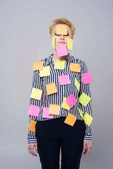 Multi-tasking vrouw met kleurrijke papieren