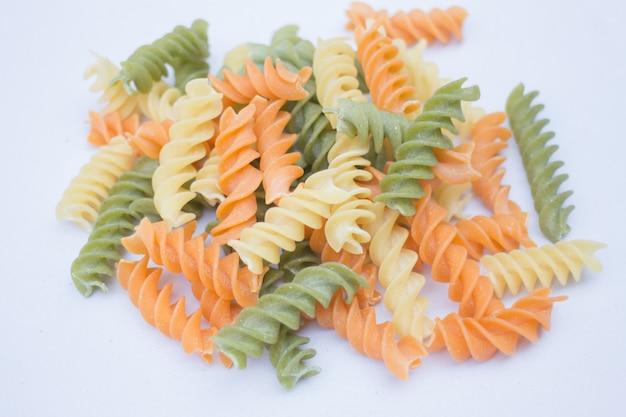 Multicolor fusilli bereiden voor de pasta keuken