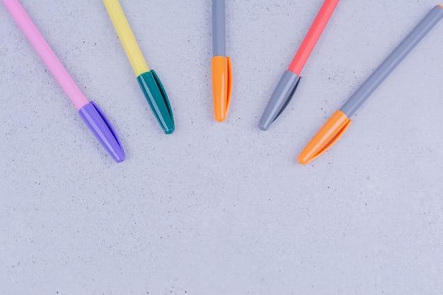 Multicolor pennen voor het kleuren van mandala op grijs.