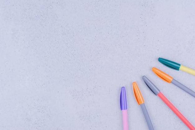 Multicolor pennen voor mandala geïsoleerd op grijs oppervlak