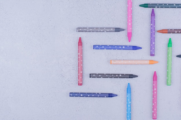 Multicolor schilderkrijtjes in decoratieve geometrische vormen
