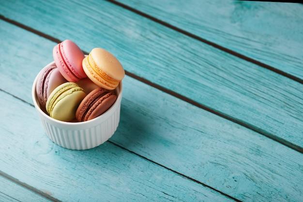 Multicolored franse macaronikoekjes in een witte plaat ,. vrije ruimte, bovenaanzicht.