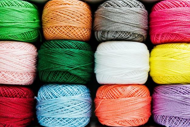 Multicolored naaiende dradenclose-up