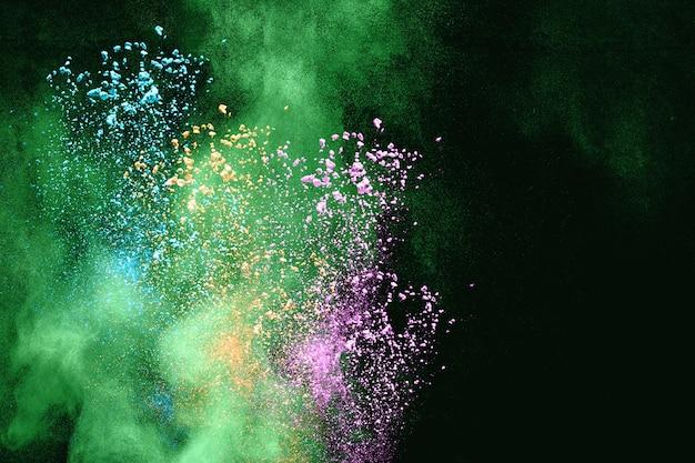 Multicolored poederexplosie op zwarte achtergrond van. van