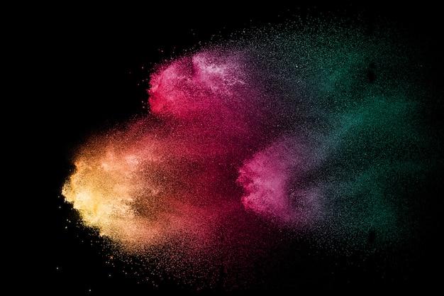 Multicolored poederexplosie op zwarte achtergrond.