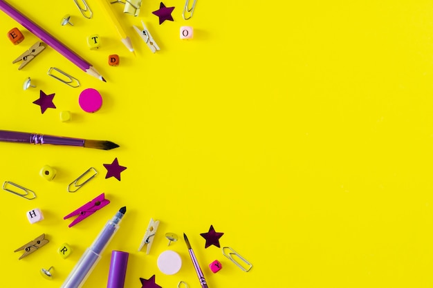Multicolored schoollevering op gele achtergrond met exemplaarruimte. briefpapierobjecten voor de moderne student. terug naar school-concept.