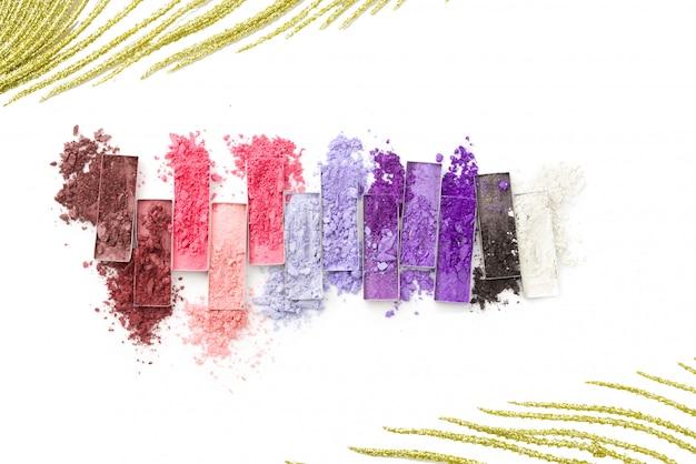 Multicolored verpletterde oogschaduw met borstel die op wit wordt geïsoleerd