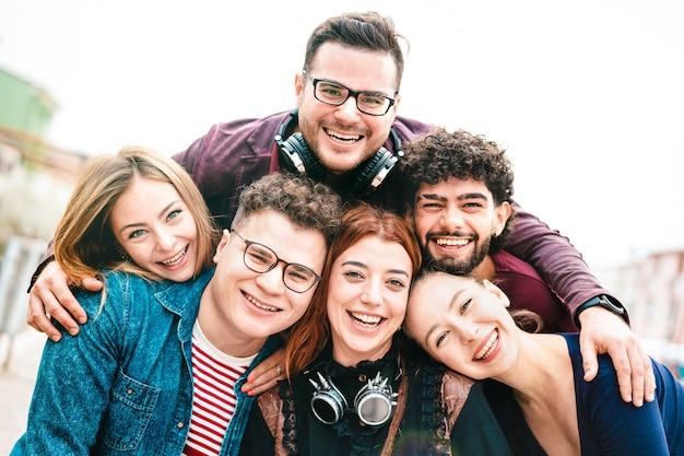 Multiculturele jongens en meisjes nemen selfie buitenshuis met daglicht