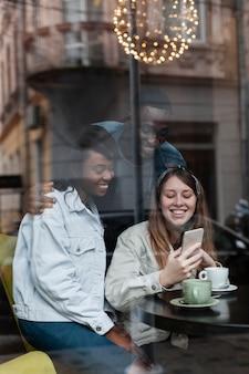 Multiculturele vrienden die samen middelgroot schot lachen