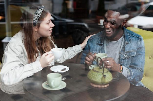 Multiculturele vrienden lachen samen binnenshuis