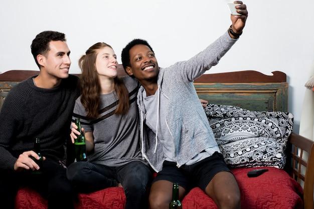 Multiculturele vrienden maken een selfie