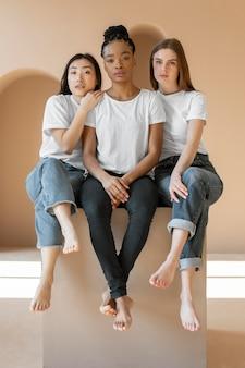 Multiculturele vrouwen die samen poseren